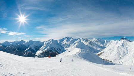 La pente de ski dans les montagnes