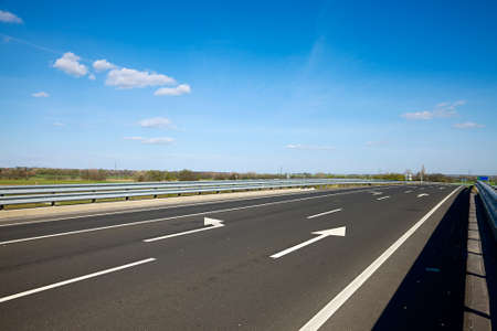 the clear sky: Carretera con carriles de distintas direcciones Foto de archivo