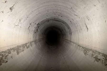 Lege riool kanaal donkere interieur Stockfoto
