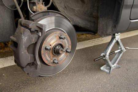 Remplacement d'une roue sur une voiture