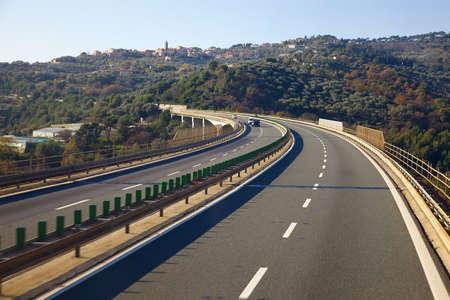 paisaje mediterraneo: Carretera viaducto sobre un paisaje mediterr�neo