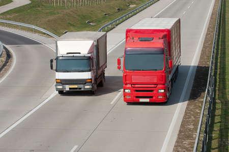 Conduite d'un camion sur l'autoroute Banque d'images