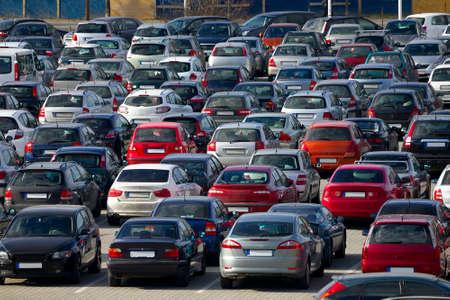 voiture parking: Voitures dans un stationnement Banque d'images