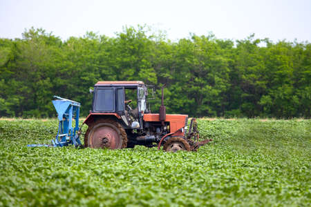 industrialized country: Tractor on an agricultural field