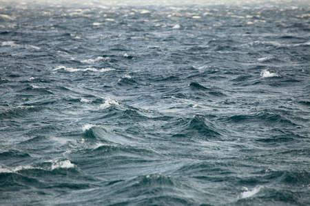 implacable: Les vagues de la mer orageuse