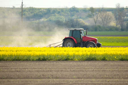 Ciągniki rolnicze na polach