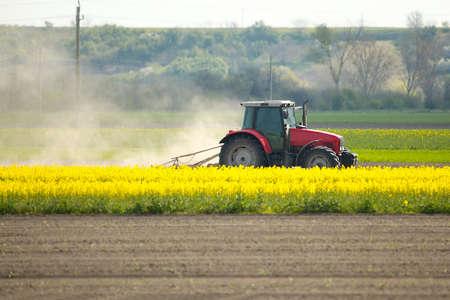 traktor: Traktor auf den Feldern Lizenzfreie Bilder