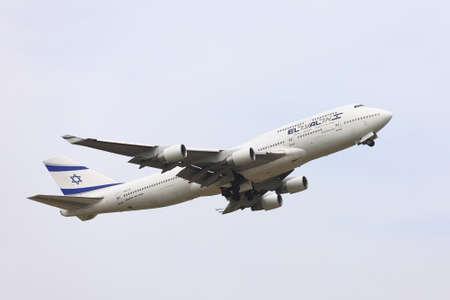 jetplane: BUDAPEST, Ungheria - 30 aprile: El Al Israel Arirlines Boeing 747 in decollo da Budapest Liszt Ferenc Aeroporto, 30 Aprile 2013. El Al � la compagnia aerea di bandiera di Israele dal 1948. Editoriali