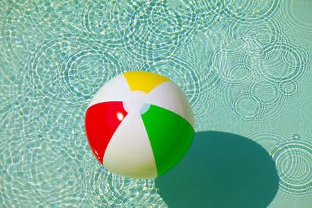 bola de billar: Pelota de goma en una piscina