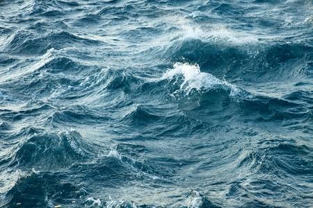Golven van de stormachtige zee