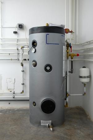 Caldera y tuberías del sistema de calefacción de una casa Foto de archivo - 22778411