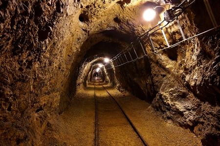 Túnel de minería de datos con las luces y los carriles Foto de archivo - 26227132