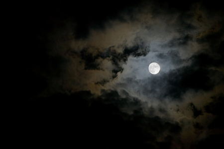 Donkere stormachtige hemel met maan Stockfoto