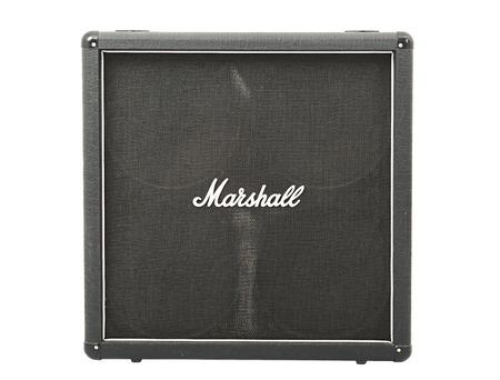 Budapest, Hungría - 22 de junio, 2015: gabinete de guitarra Marshall 4x12 con altavoces. Marshall es uno de los principales fabricantes de amplificación de guitarra desde 1960. Foto de archivo - 47762528