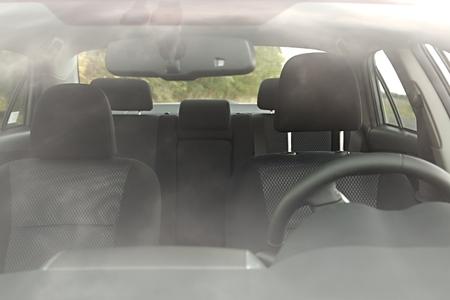 Auto inter achter affakkelen reflecties van de voorruit