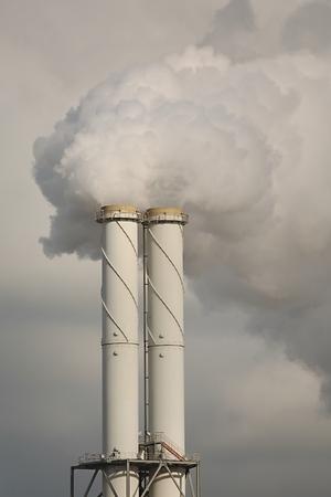 Fumar planta de energía chimenea primer Foto de archivo - 47554697