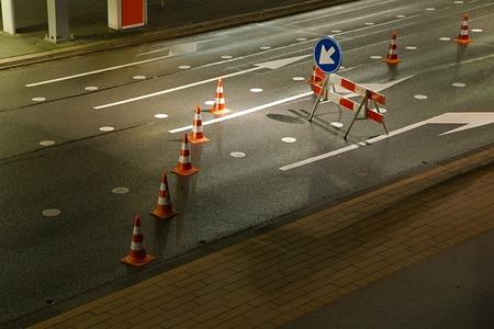 우회 도로 표지가있는 도로 공사