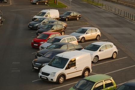 Autos parken in einer Zeile Standard-Bild - 48520744