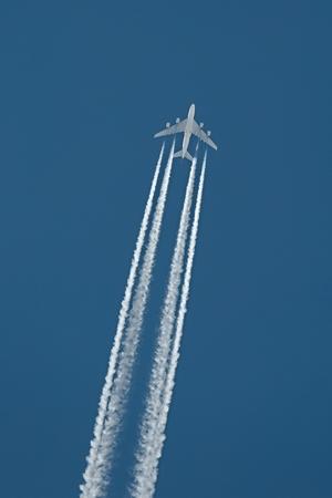 Vliegtuig op kruishoogte tegen de blauwe hemel