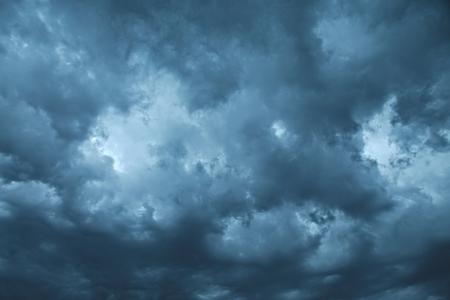 Dunkle Wolken des stürmischen Himmel