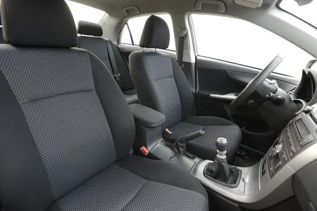 Auto-Innenansicht des Armaturenbretts von der Rückseite