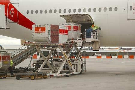 ブダペスト, ハンガリー - 2015 年 12 月 1 日: エミレーツ航空ボーイング 777-300 ブダペスト空港の貨物コンテナーに読み込まれます。