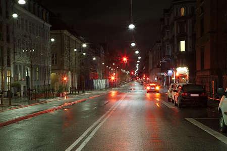 작은 트래픽 밤에 도시의 거리