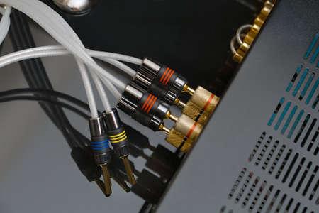 amplificateur Hifi retour avec des fils de haut-parleurs