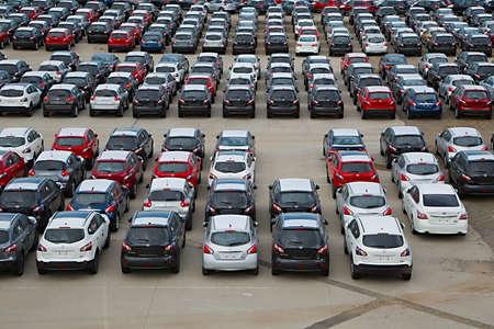 MELBOURNE, AUSTRALIE - 9 mars 2014: Beaucoup de nouvelles voitures japonaises importées au port de Melbourne