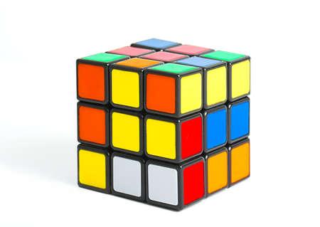 Budapest, Hungría - 1 de mayo, 2016: juego de lógica cubo de Rubik sin resolver en el fondo blanco del estudio