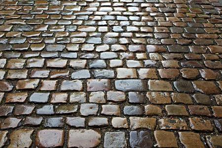 Pavimento de piedra húmeda