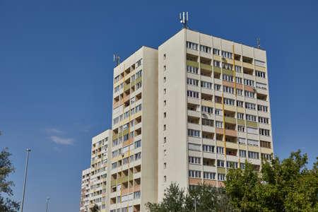 Bloque de pisos Foto de archivo - 87786687