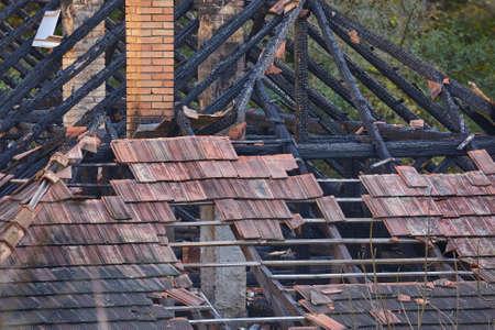 Zusammengebrochenes Hausdach Standard-Bild - 89451705