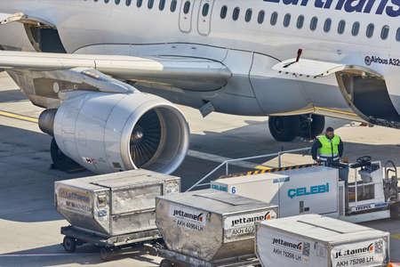 BUDAPEST, UNGHERIA - 23 MARZO 2017: Contenitori di carico caricati in un aereo Lufthansa all'aeroporto internazionale di Budapest Liszt Ferenc