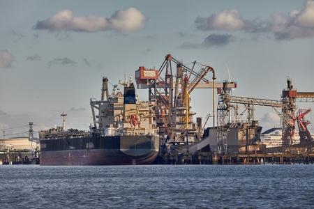 Puerto industrial con estructuras oxidadas