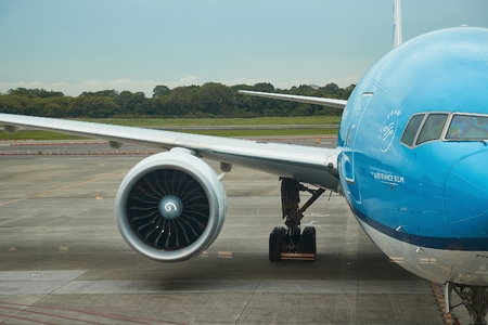 Groot widebody-vliegtuig op een luchthaven