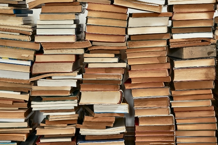 Wall of books piled up Stockfoto