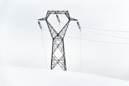Stromleitungen im Schnee