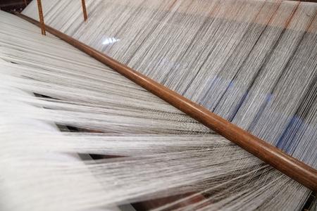 Détail de l'ancien métier à tisser avec fil qhite