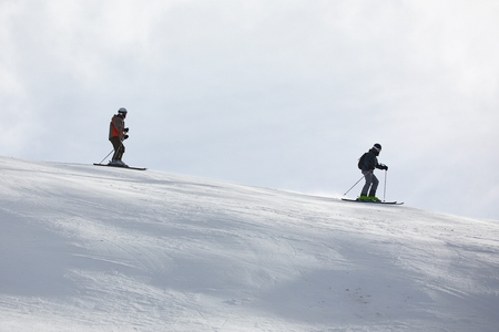 Skiing in the winter snowy slopes 版權商用圖片