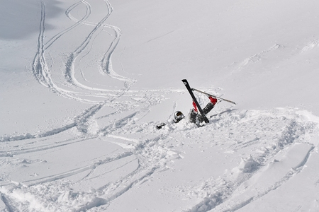 Skier falls in deep snow 報道画像