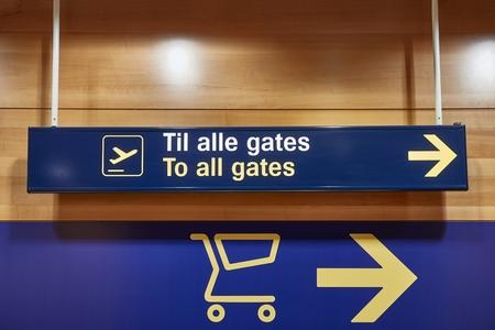Señales de dirección de la terminal del aeropuerto