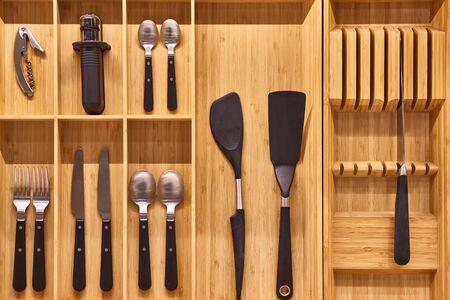Küchenutensilien-Besteckschublade-Organizer-Tablett mit einfachem Werkzeugsatz, minimalistische Ordnung Standard-Bild