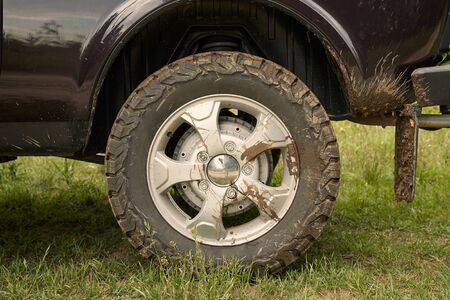 Rear wheel of a 4x4 vehicle dirty with mud Imagens