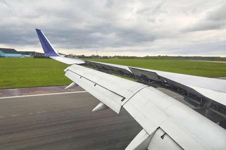 Landing plane wing flaps and spoilers extended Zdjęcie Seryjne