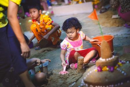 ang thong: ANG THONG, THAILAND - APRIL 15,2013   Thai people and children enjoying to the activity of building sand pagodas in Songkran Festival Night at Wat Nangnai Thammikaram on April 15, 2013 in Ang thong,Thailand  Editorial