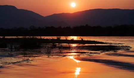 zimbabwe: Puesta de sol en el Río Zambezi. África. Frontera de Zambia y Zimbabwe.