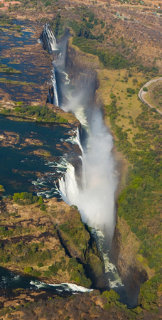 zimbabwe: View of the Falls from a height of bird flight. Victoria Falls. Mosi-oa-Tunya National park.Zambiya. Foto de archivo