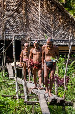 MENTAWAI PEOPLE, WEST SUMATRA, SIBERUT ISLAND, INDONESIA - 03 OKTOBER 2011: Men of the Mentawai tribe go hunting. Editoriali