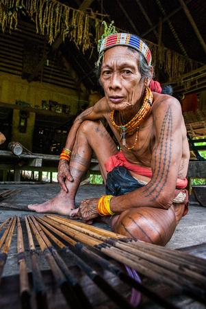 MENTAWAI PERSONE, West Sumatra, Siberut Island, Indonesia - 16 novembre 2010: Uomini Mentawai tribù si preparano le frecce per la caccia.